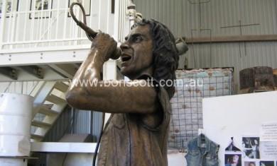 AC/DC: LE PRIME FOTO DELLA STATUA DI BON SCOTT - Articolo - 2008