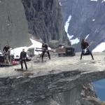 SHINING: dal vivo in cima a un precipizio (video)